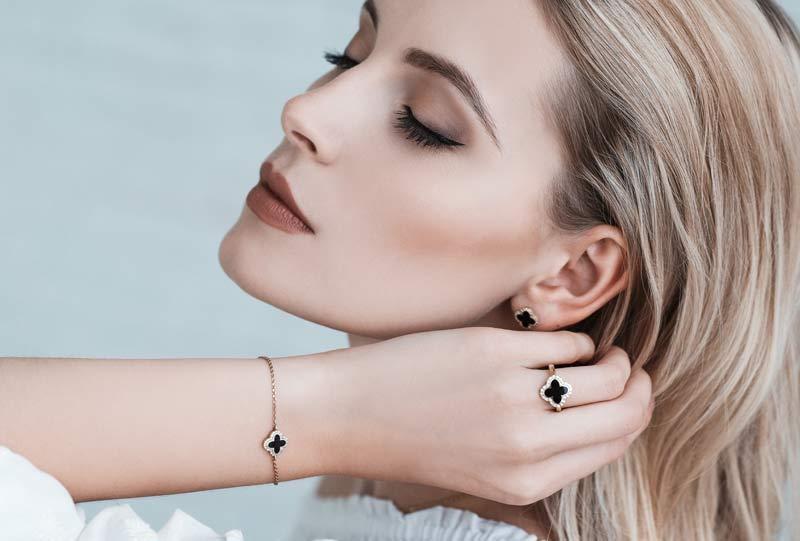 šperky s vlasy zalitými pryskyřicí